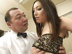 膣の中で彼に捧げられた女の子、彼女の恋人の行動で滑りやすいオルガスム 無料 熟 女 動画