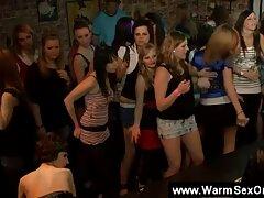 女の子はクリトリスをこすります 女子 動画 エロ