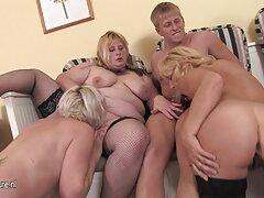 金髪の女性、情熱的な、バスルームでマッサージクリット。 女 無料 av